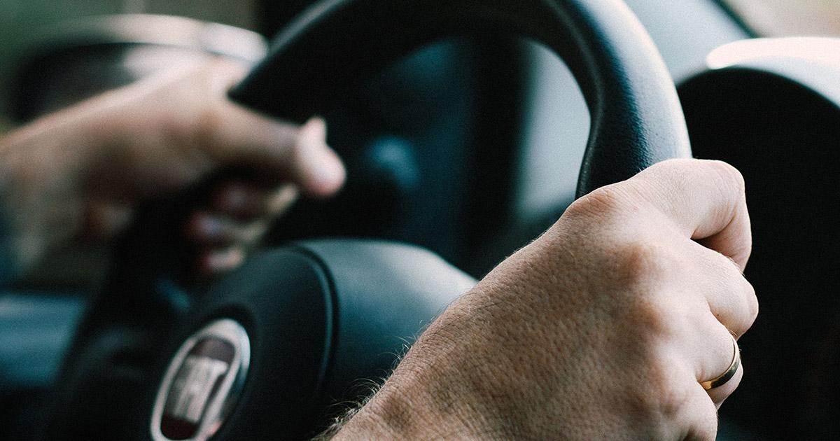 pravilno držanje ruku na volanu