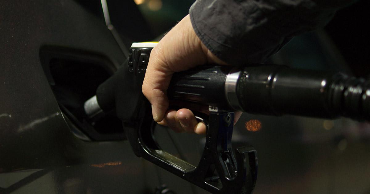 covek dosipa gorivo na pumpi